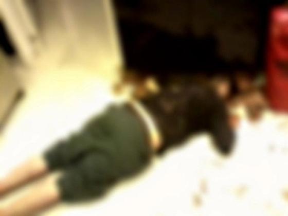 Chorão morto caído no chão da cozinha